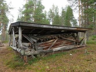 Autiotuvan jäännökset, joiden päällä on katos.